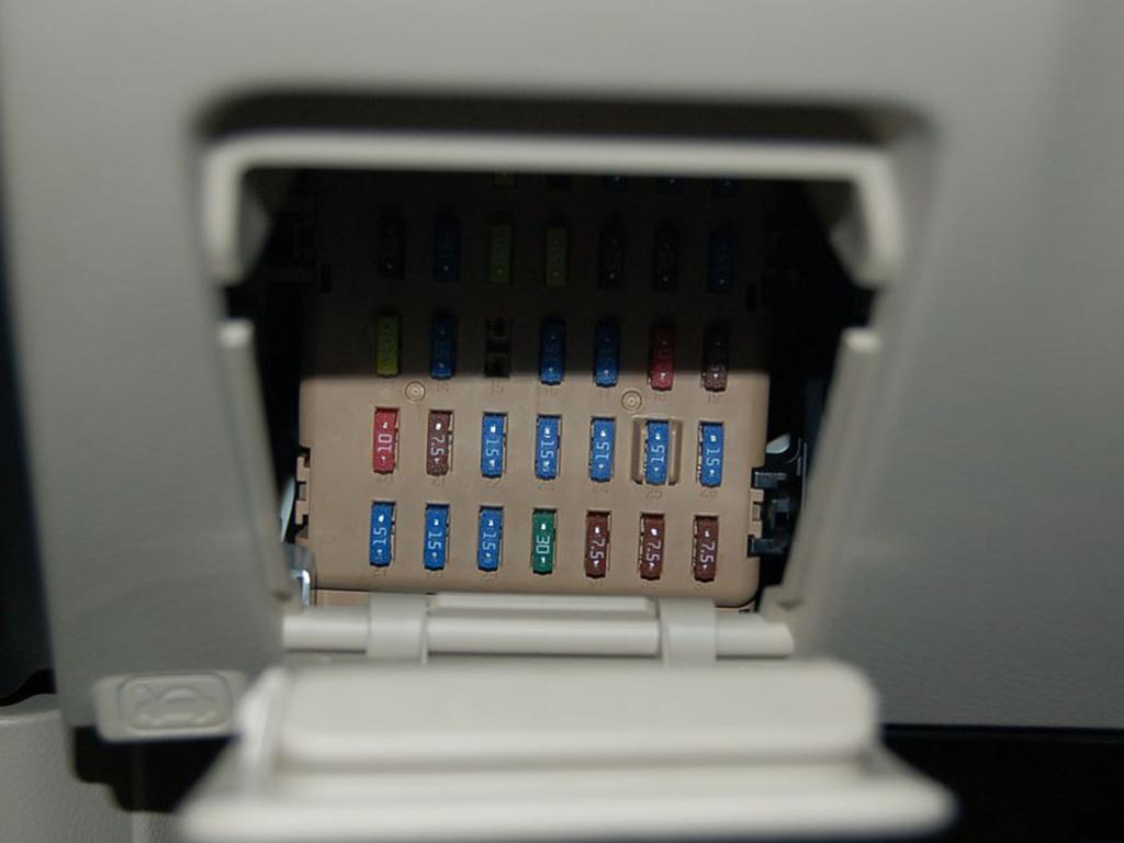 帕萨特b5轿车电气线路图 四、桑塔纳轿车全车电路图 五、奥高清图片