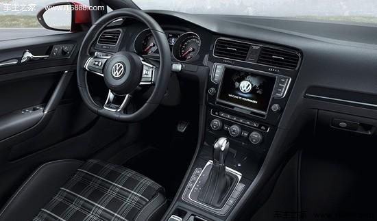 """2014款 大众高尔夫GTD 而内饰部分也体现了GTD车型的诸多标志性特色,如""""格纹图案顶级运动座椅、黑色车顶衬里、运动方向盘、不锈钢踏板,以及GTD标志的换档手柄、装饰条和仪表组""""。此外,全新一代高尔夫GTD还具备长途旅行的舒适功能,包括渐进式转向、白色氛围灯、自动空调系统、ParkPilot倒车雷达系统、冬季套件和""""Composition Touch""""无线电系统。"""