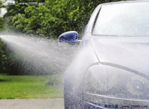 雨季雨水酸性大 放晴后及时洗车保护车漆