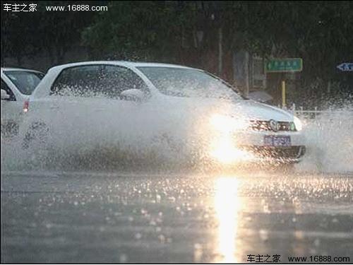 雨季雨水酸性大 放晴后及时洗车保护车漆_美容
