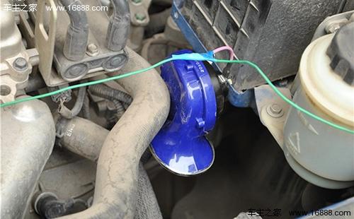 来自蓄电池的电流会通过回路流到喇叭继电器的电磁线圈上,电磁线圈
