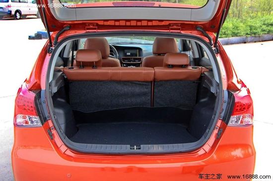 致尚XT 致尚XT的座椅颜色采用红黑相间的色彩搭配,这与其全黑的内饰搭配的确突显了运动感,样式上值得称赞,乘坐方面,座椅质地较硬,舒适性一般,由于坐姿较高,所以体型较大的驾驶者坐在前排空间内剩余空间仅余四指的距离。而后排的头部空间更是拮据,因为外观的设计要保证车身看起来足够动感,所以牺牲了一些车内后排的头部空间,没办法有得必有失,大个子坐后排肯定会感到不舒适。  两厢车除了造型最大亮点就是后备箱储物空间了,致尚XT正常情况下的后备箱容积为390L,可以通过将第二排座椅坐垫竖起、靠背放倒的操作后,提升最大容