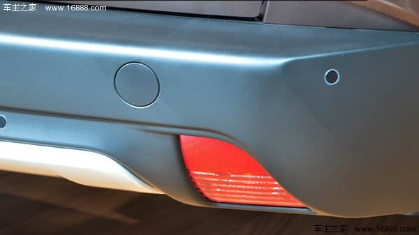 【车主之家 广州车展】标致2008在国外已经多次亮相,但是在这次广州车展上标致还带来了的2008还是国内首发。这辆标致2008有点特别,这是即将在明年上市销售的东风标致2008。这是继别克昂科拉、福特翼博后又一款小型SUV。国内由大众神车途观所打造中级SUV市场已经异常火热,厂商们接着又把目光投向了小型SUV市场。今天,我们来看看这部法式SUV有什么特别之处。 由于2008这次只是首次在国内亮相,东风标致并没有把车门敞开,对内饰进行曝光,甚至连玻璃也贴上了非常深色的膜(捷豹CX-17尽管是概念车也没有