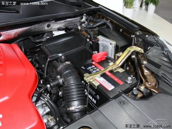 说到8AT,是指具有8个行进挡以及1个倒挡的电控液力自动变速箱,是集轻型元件与革新性齿轮组理念于一身的新式变速箱,相比4挡、6挡的自动变速箱,更多的挡位意味着齿比的调校可以更加灵活,换挡行程短、能量损耗少,从而带来更平顺的驾乘感以及更经济的燃油性,是目前世界上最前沿的自动变速箱技术。 正是看中8AT的优势,许多豪华品牌及高档车型开始搭载8速变速箱,也有越来越多的厂商开始尝试将8速变速箱应用到主流量产车上。尽管8AT优势明显,但由于8速变速箱更适用大扭矩的车型,而且成本较高,所以尚未得到大范围应用,自主品牌